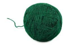 La bola fina verde natural de las lanas y rosca flojamente, ovillo aislado, primer macro detallado grande Foto de archivo