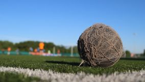 La bola lamentable vieja miente en el campo de fútbol almacen de metraje de vídeo