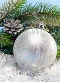 La bola plateada hermosa del Año Nuevo. La vida todavía del Año Nuevo Imágenes de archivo libres de regalías