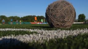 La bola polvorienta vieja miente en el campo de fútbol metrajes