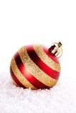 La bola rayada del Año Nuevo en nieve Imágenes de archivo libres de regalías