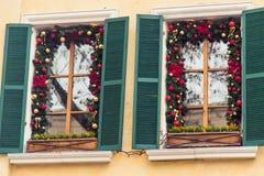 La bola roja de la Navidad adornó ventanas en casa del vintage Imagen de archivo