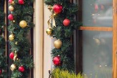 La bola roja de la Navidad adornó ventanas en casa del vintage Fotografía de archivo libre de regalías