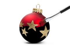La bola roja de la Navidad consigue su color Imagen de archivo libre de regalías