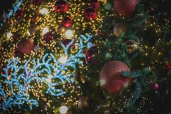 La bola roja del brillo celebra la Navidad en árbol con el fondo de la ilustración de la luz blanca del alambre Imágenes de archivo libres de regalías