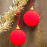 La bola roja y la malla del Año Nuevo. Aún-vida en fondo abstracto Fotos de archivo libres de regalías