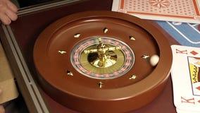 La bola se lanza en la rueda de ruleta almacen de video