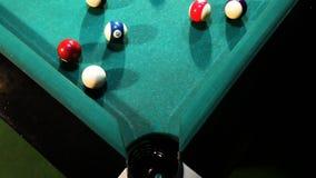 La bola verde del billar cae en el agujero
