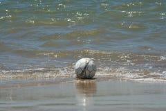 La bola vieja volvió por el mar Fotos de archivo
