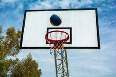 La bola vuela en la cesta Imagen de archivo libre de regalías