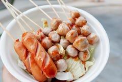 La bola y la salchicha de pescados asan a la parrilla con la comida tailandesa de la salsa picante Foto de archivo