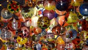 La bola y la luz adornan hermoso en la celebraci?n del ?rbol de navidad almacen de video