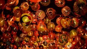 La bola y la luz adornan hermoso en la celebraci?n del ?rbol de navidad almacen de metraje de vídeo