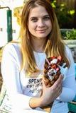 La bolla waffles con il gelato in mano della donna Fotografia Stock Libera da Diritti