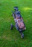 La bolsa de golf con los clubs en soporte del rodillo en campo de golf foto de archivo