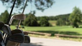 La bolsa de golf de cuero Tiro móvil Arcón y corte del golf en la parte posterior Verano almacen de video