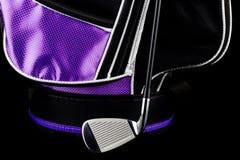 La bolsa de golf y club de golf en fondo negro Imagen de archivo