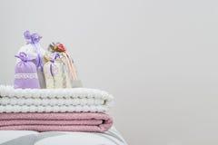 La bolsita perfumada fijó en dos toallas en cama con el espacio en blanco vacío libre de la copia Plantilla del fondo para la dec Fotos de archivo