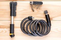 La bomba, la cerradura y un sistema de las herramientas para una bicicleta en los tableros de madera rematan Fotografía de archivo