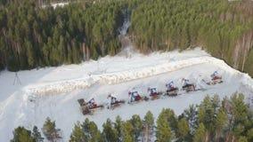 La bomba de aceite industrial de la visión aérea levanta el petróleo crudo de bombeo en bosque de la nieve almacen de video