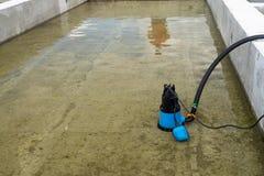 La bomba sumergible deseca el emplazamiento de la obra, bombeando el agua de inundación canta el pozo profundo foto de archivo