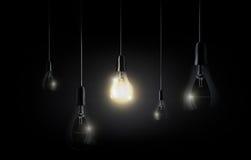 La bombilla que brilla intensamente está colgando entre muchas apagadas bombillas en el fondo del negro oscuro, copyspace, vector
