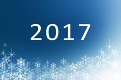 La bonne année 2017 avec la neige s'écaille sur le fond abstrait bleu de minuit d'hiver Photo stock
