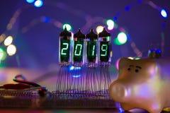 La bonne année est écrite avec une lumière de lampe Lampes électroniques par radio 2019 Symbole du porc d'année Original conçu image stock