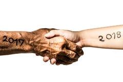 La bonne année 2018 est prochain concept La bonne année 2018 remplacent au concept 2017 avec la main de vieil homme par le teenag Image libre de droits