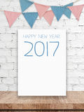La bonne année 2017 sur le conseil blanc et la partie marque accrocher sur le wh Photos stock