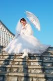 La bonne jeune mariée avec un parapluie Photographie stock libre de droits