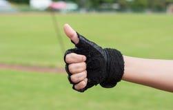 La bonne main avec des gants de sport pour indiquent bon Photographie stock libre de droits