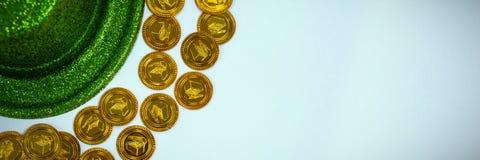 La bordure de chapeau de lutin de jour de St Patricks avec du chocolat d'or invente image stock