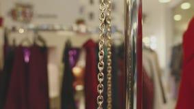La borsa alla moda delle donne eleganti su una catena dell'oro nel deposito video d archivio