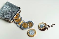 La borsa brillante della moneta del ` s delle donne con l'euro del cioccolato conia Fotografia Stock