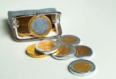 La borsa brillante della moneta del ` s delle donne con l'euro del cioccolato conia Immagini Stock