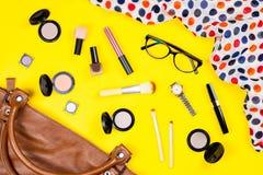 La borsa, compone i prodotti, i gioielli e gli accessori Disposizione alla moda del piano della roba della borsa della donna Immagine Stock Libera da Diritti