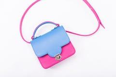 La borsa della donna nei colori blu e rosa Fotografia Stock