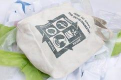 La borsa di eco del tessuto con ricicla l'icona del segno fatta della foglia verde Fotografia Stock