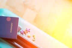 La borsa di viaggio ha preparato al viaggio con il passaporto, la stella marina, i cavalli, conchiglie Concetto - pronto a riposa Fotografia Stock