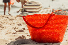 La borsa ed il cappello della borsa del canestro di vimini sull'estate tirano Fotografia Stock Libera da Diritti