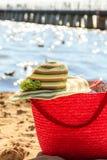 La borsa ed il cappello della borsa del canestro di vimini sull'estate tirano Fotografie Stock Libere da Diritti