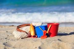La borsa, suncream, scherza i giocattoli sulla spiaggia Fotografia Stock Libera da Diritti