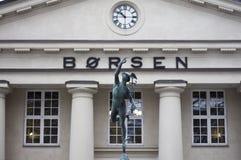 La borsa valori norvegese Oslo Børs con la statua Fotografie Stock Libere da Diritti