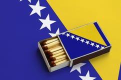 La Bosnie-Herzégovine diminuent est montrée dans une boîte d'allumettes ouverte, qui est remplie de matchs et se trouve sur un gr images libres de droits