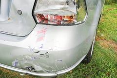 La bosselure mineure raye sur le pare-chocs de la voiture impliqué dans l'accident photos stock
