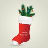 La bota de Papá Noel rojo con el pino y las bolas de la Navidad Foto de archivo libre de regalías
