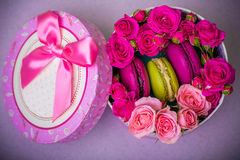 La boîte avec le fond de macarons de couleur de ressort pour des valentines enfantent le jour Pâques de femme avec amour Photo libre de droits