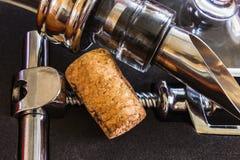 La botella con los accesorios del sacacorchos y del vino Foto de archivo libre de regalías