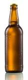 La botella de cerveza con gotas aisló Imagen de archivo